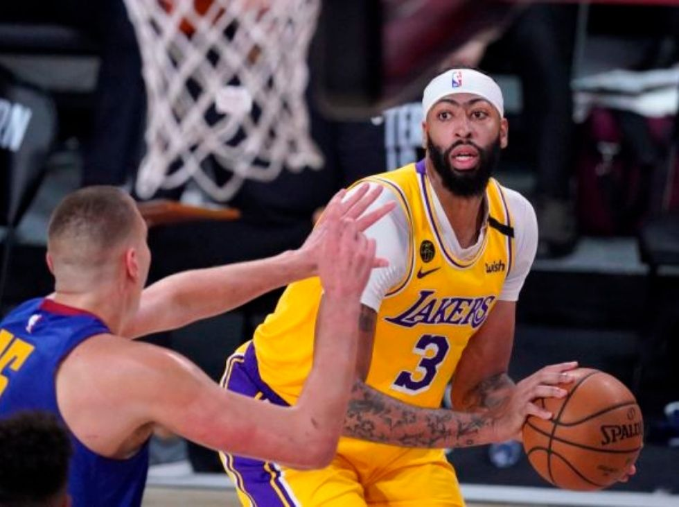 Lakers frenan a los Nuggets y se adelantan en la final del Oeste